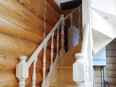 Лестницы на второй этаж сделана из сосны, недорогая лестница для дома